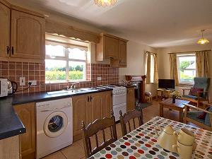 La cuisine ouverte avec table de salle à manger et partie salon