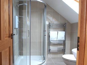 Salle de bains privée avec douche au premier étage