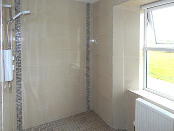 Salle de bains avec douche à l'italienne au rez-de-chaussée